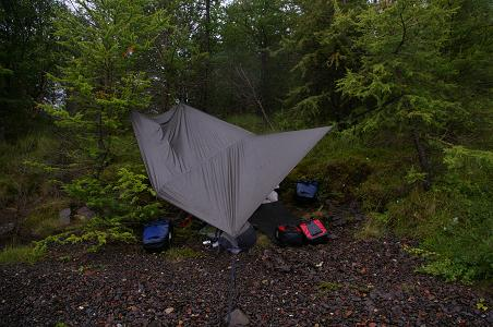 Nachtlager mit Regenschutz neben dem Lagarfjólt