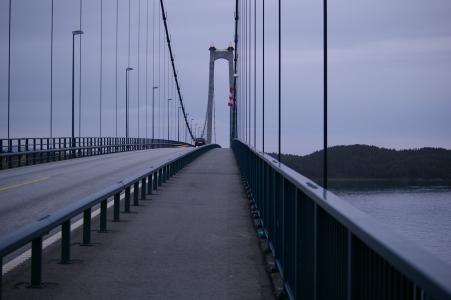 Eine der zahlreichen Brücken von Insel zu Insel