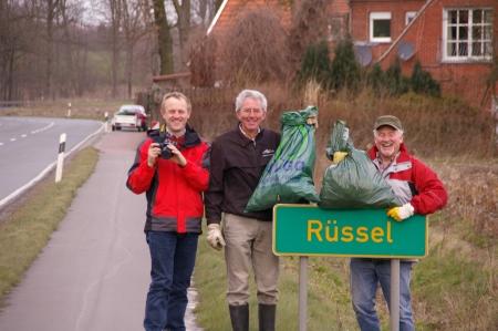 Gemeindeaktion: Anwohner reinigen gut gelaunt die Straßengräben