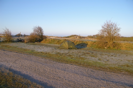 Zelten nahe am Strand auf einem Parkplatz