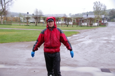 Jörg in Regenkleidung bisher sehr selten auf dieser Tour