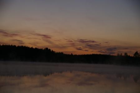 See am Abend mit aufsteigendem Nebel