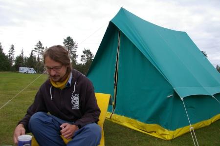 Torben vor seinem 30 Jahre altem Zelt