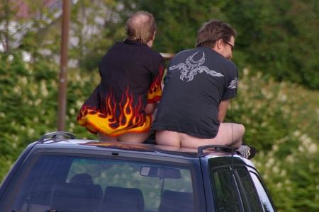 Zwei betrunkene Schweden lassen sich in Vitangi durch die Straßen fahren