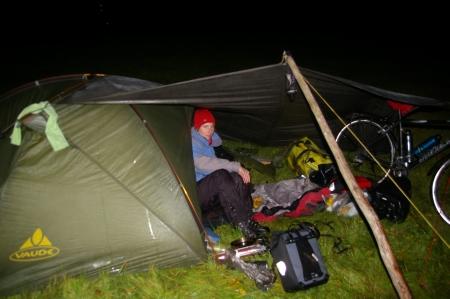 Anja glücklich im Zelt